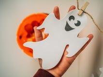 Рука держа белый призрак стоковые фото