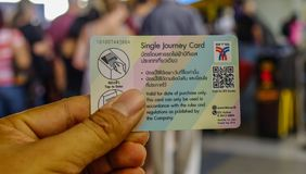 Рука держа билет BTS стоковое изображение