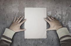 Рука держа бумагу Стоковая Фотография RF