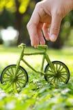 Рука держа велосипед Eco