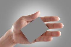 Рука держа визитную карточку пустой бумаги Стоковая Фотография RF