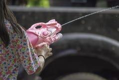 Рука держа водяной пистолет играет фестиваль Songkran или тайский Новый Г стоковое фото rf