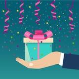Рука держа голубую подарочную коробку украшенный с розовым смычком бесплатная иллюстрация