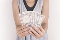 Рука держа деньги доллара на белой предпосылке Стоковые Изображения RF
