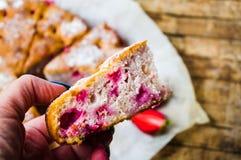 Рука держа домодельное печенье плодоовощ клубники Стоковое Изображение RF