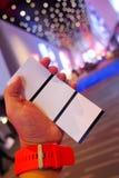 Рука держа или показывая 3 билета кино Стоковая Фотография