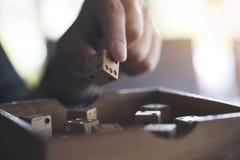 Рука держа и играя деревянная dices Стоковое Изображение RF