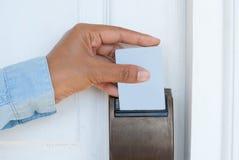 Рука держа ключевую карту для открывать дверь стоковые изображения rf
