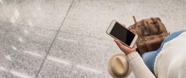 Рука держа мобильный телефон Принципиальная схема перемещения стоковое фото rf