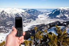 Рука держа мобильный телефон Стоковое Фото