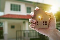 Рука держа модельный дом, свойство ссуды под недвижимость для концепции стоковое изображение rf