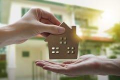 Рука держа модельный дом, свойство ссуды под недвижимость для концепции стоковые изображения rf