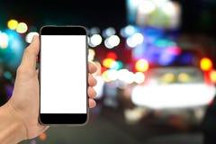 Рука держа спецификации экземпляра smartphone на экране Стоковые Изображения RF