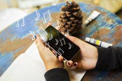 Рука держа телефон с примечаниями стоковая фотография rf