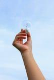 Рука держа электрическую лампочку Стоковые Фотографии RF