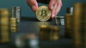 Рука держа btc Bitcoin Секретное минирование и торговая операция видеоматериал