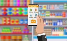 Рука держа smartphone с ходя по магазинам app Стоковые Фотографии RF