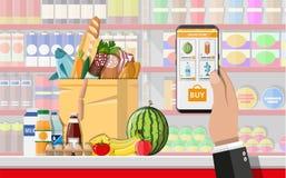Рука держа smartphone с ходя по магазинам app Стоковая Фотография
