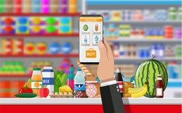 Рука держа smartphone с ходя по магазинам app Стоковое Изображение