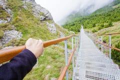 Рука держа stairchase, ландшафт природы стоковое фото