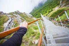 Рука держа stairchase, ландшафт природы стоковые фото