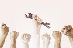 Рука держит ключ, концепцию фотографии Дня Труда, нескольк стройка инженера стоковое изображение