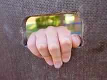 Рука детей держит отверстие на деревянной взбираясь стене Короткое владение пальцев через лестницу Стоковая Фотография