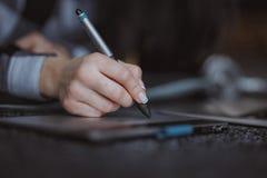 Рука дизайнера с ручкой стоковые изображения rf