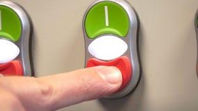 Рука для того чтобы переключить включено-выключено электрический выключатель Электрический switcher экрана акции видеоматериалы