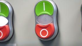 Рука для того чтобы переключить включено-выключено электрический выключатель Электрический switcher экрана видеоматериал