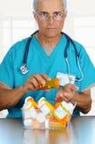 рука доктора его лить пилек Стоковые Фотографии RF