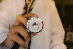 Рука доктора который держит стетоскоп Стоковая Фотография RF