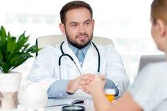 Рука доктора успокаивая ее женский пациента Стоковая Фотография