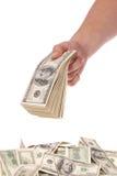 рука доллара кредиток держит 100 пакетов Стоковые Фото
