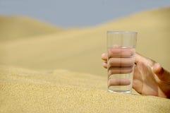 рука достигая воду стоковая фотография