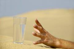 рука достигая воду Стоковая Фотография RF