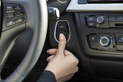 Рука девушки в автомобиле Стоковое Фото