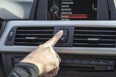 Рука девушки в автомобиле Стоковые Изображения RF