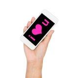 Рука девушки держа слово дисплея мобильного телефона я тебя люблю на экране Стоковое фото RF