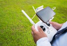 Рука держа дальше remote для трутня управления Стоковая Фотография RF