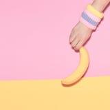 Рука держа банан Стоковая Фотография