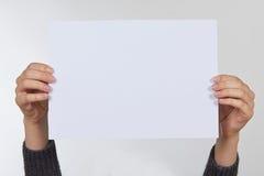 Рука держа бумагу изолированный на белизне Стоковые Фотографии RF