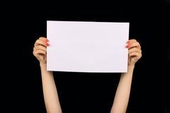 Рука держа бумагу Стоковое фото RF