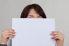 Рука держа бумажной на белизне Стоковое Изображение RF