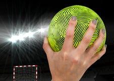 Рука держа гандбол в стадионе Стоковое Изображение