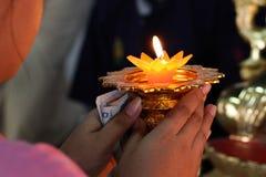 Рука держа горящую свечу в темноте Стоковое фото RF