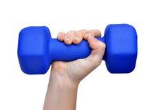 Рука держа голубую гантель фитнеса Стоковая Фотография