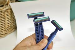 Рука держа 3 голубых бритвы Стоковое Изображение RF