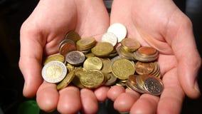 Рука держа евро чеканит деньги акции видеоматериалы