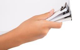 Рука держа зажим связывателя и белую бумагу II стоковые изображения